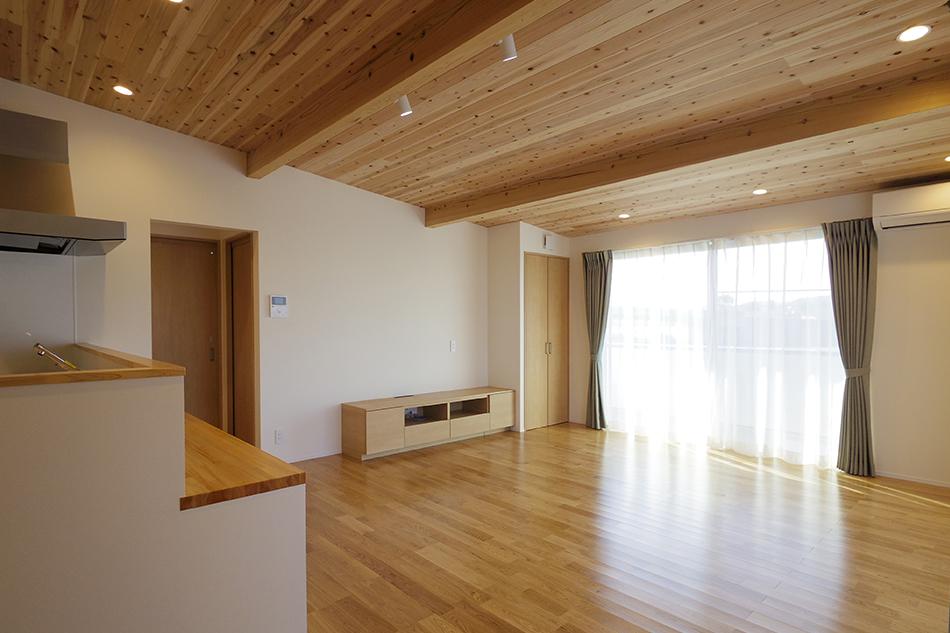 杉板貼りの天井,無垢フローリング,LDK,木質感