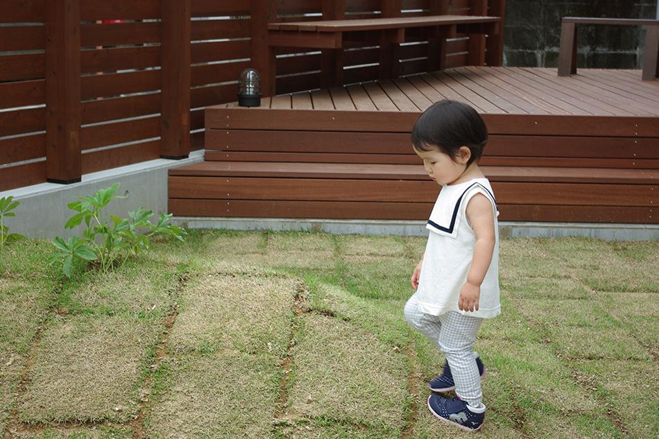 庭と子供,芝山