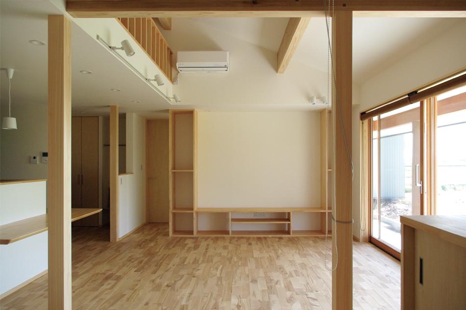 リビング,勾配天井,木の窓