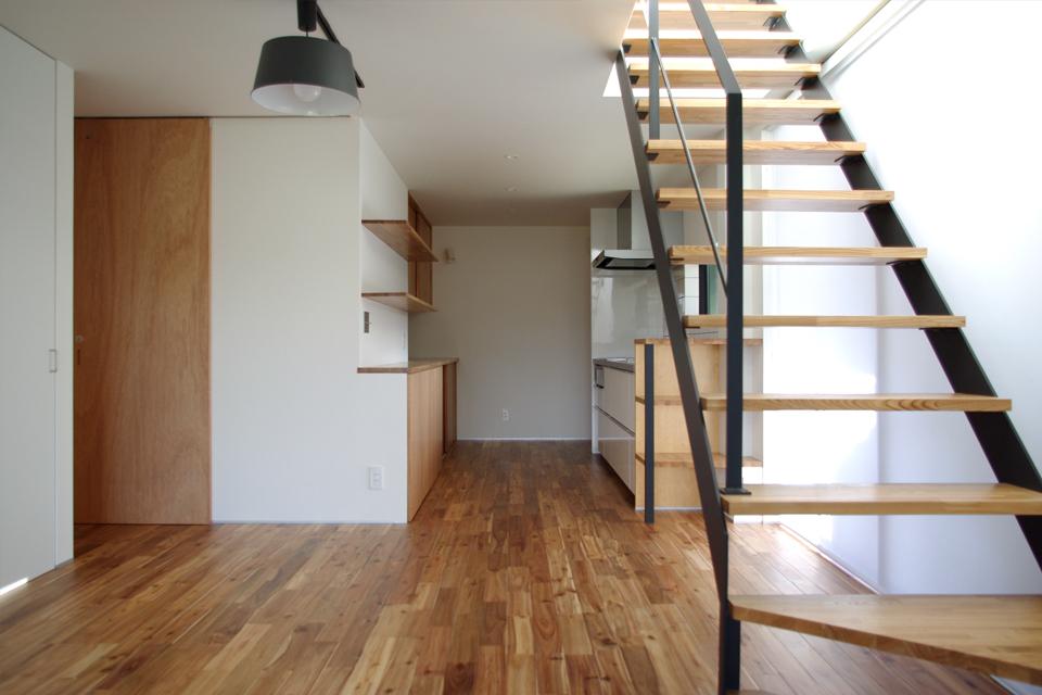 黒のシンプルなスチール階段, 照明,リビングからキッチンを眺める,キッチン背面収納,