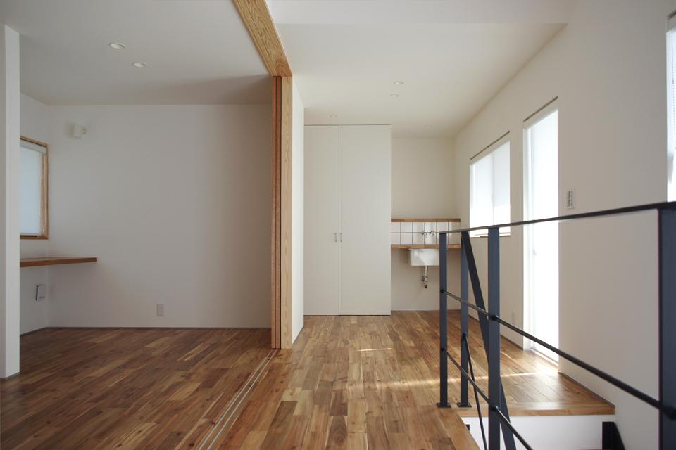造作棚,白い壁,スチール階段,ブラック,