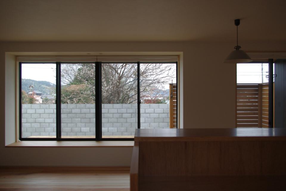 キッチンから外を見る,腰掛け,