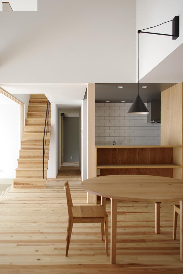 ダイニングとキッチン,キッチンのタイルが印象的,
